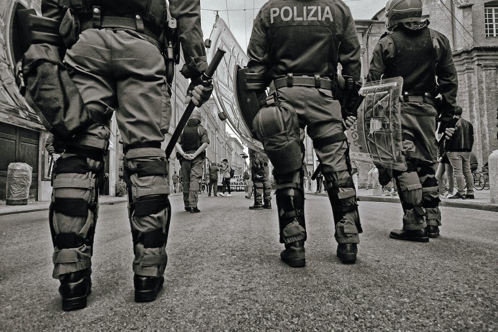 Полицейские с дубинками